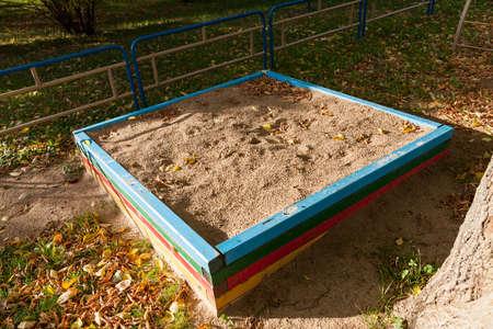 ein alter Sandkasten für Kinder im Hof mit gelbem Sand bedeckt, Twilight