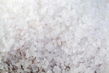 gros gros sel sur la planche, épices utilisées en cuisine, gros plan et petite profondeur de champ