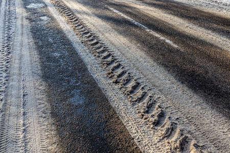 narrow winter road , closeup 版權商用圖片