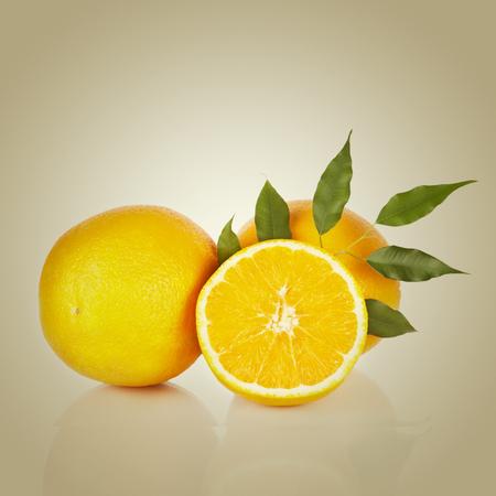 naranja fruta: Frutas de color naranja en rodajas con hojas