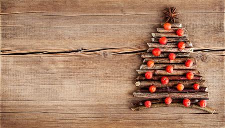 abeto: Tarjeta de Navidad con decoraciones naturales en el fondo de madera. Conjunto de diferentes variedades de objetos en forma de un árbol. Vacaciones de invierno el concepto