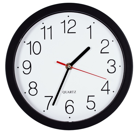 reloj pared: Reloj de pared simple clásico blanco y negro ronda aislado en blanco