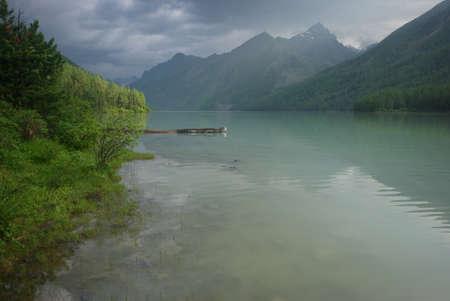 Schöne Berglandschaft in der Nähe des Sees. Bergsee. Art von bergigem Gelände und das Wasser im Tal.