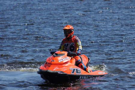 Rusia, Volgodonsk - 10 de junio de 2015: compitiendo con en las vespas de agua. Deportes en el agua