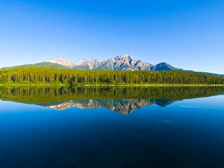 Lake in the mountains of Canada, pristine nature. Canadian landscape. 版權商用圖片 - 114898223