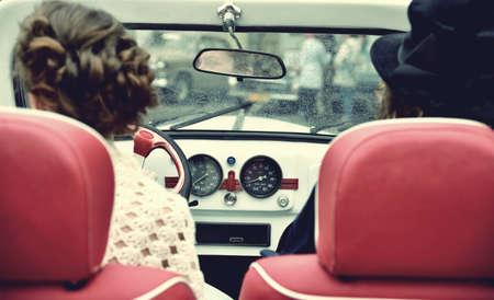 vestido medieval: Dos chica rizada en alineada medieval en coches de época. Estilo vintage.