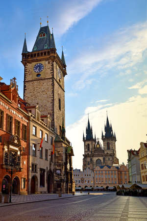 praga: The beautiful landscape of the Old Town square with Tyn Church in Prague, Czech Republic.