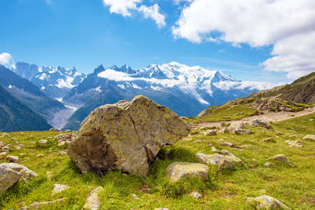 Un beau paysage avec l'ours en pierre sur fond de Mont Blanc dans les Alpes françaises, en Europe. Banque d'images - 77067700