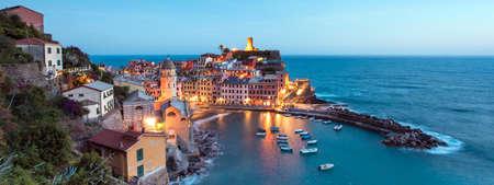 ヴェルナッツァ、チンクエテッレ、イタリア、ヨーロッパで岩の湾および着色された家にボートに魔法のパノラマ風景 写真素材 - 85199562
