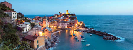 Vernazza, Cinque Terre, 이탈리아, 유럽에서 바위에 베이와 컬러 주택 보트와 마법의 파노라마 풍경 스톡 콘텐츠