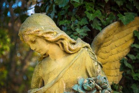 """De figuur van een engel in â € """"symbool van liefde, onzichtbare krachten, zuiverheid, verlichting, bediening. Wagen."""
