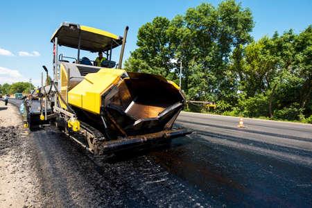 道路修理中に熱いアスファルトを敷設するためのメカニズム