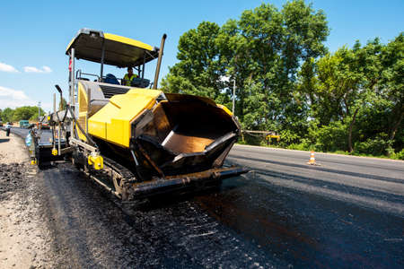 a mechanism for laying hot asphalt during road repair