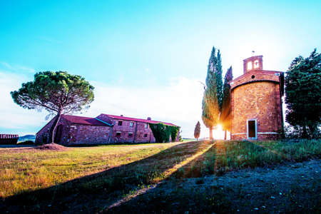 Magic landscape with chapel of Madonna di Vitaleta on a sunny day in San Quirico d'Orcia (Val d'Orcia) in Tuscany, Italy. Excellent tourist places. Standard-Bild