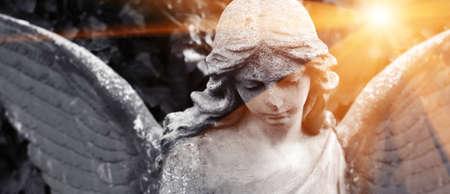 Image abstraite avec arrière-plan et place pour la légende et fragment d'ange américain triste tragique et rayons de soleil et d'espoir. Notion de noir et blanc.