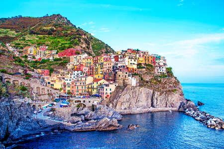 Beautiful magic colorful summer landscape on the coast of Manarola in Cinque Terre, Liguria, Italy.  Exotic amazing places. Popular tourist atraction. Standard-Bild