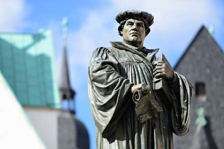 Denkmal von Martin Luther auf dem Stadtplatz von Eisleben, Deutschland, die Stadt seiner Geburt und Tod Denkmal geschaffen 1883 von Rudolf Siemering (1835-1905) - NO PR erforderlich