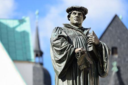 Pomnik Martina Lutra na Rynku Eisleben, Niemcy, miasto jego narodzin i śmierci Pomnik powstał 1883 r. Przez Rudolfa Siemeringa (1835 - 1905) - Żadne PR nie jest wymagane