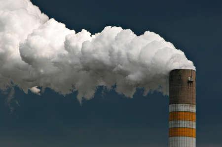 chimenea humeante de una planta industrial Foto de archivo