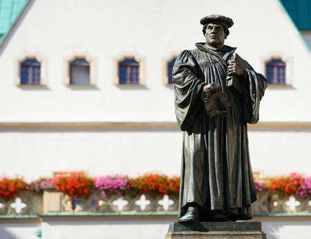 Monumento de Martín Lutero en la Plaza de la Ciudad de Eisleben, Alemania, la ciudad de su nacimiento y muerte Monumento creado 1883 por Rudolf Siemering (1835 - 1905) - NO PR required Foto de archivo - 85825761
