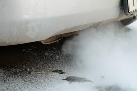 smoke: tubo de escape del coche del humo en un clima de congelaci�n Foto de archivo