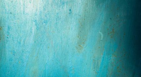青い色で塗られる金属の表面