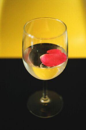 水をガラスのバラのペダル。 写真素材