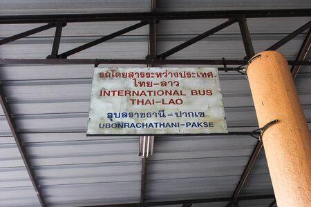 lao: L'arr�t de bus dans le transport Tha�lande - Laos