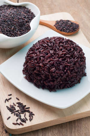 arroz: Negro arroz cocido en un plato blanco y negro granos de arroz orgánico. Vista desde arriba de arroz cocido. Foto de archivo