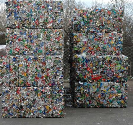 缶のリサイクル工場で再生されるを待っての俵 報道画像