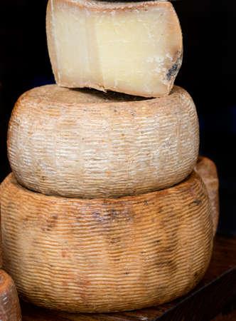 Crotonese Cheese su una bancarella del mercato Archivio Fotografico - 93526069