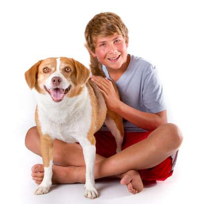 obey: Un muchacho adolescente y su Happy Dog Beagle raza mixta mirando a la c�mara Foto de archivo