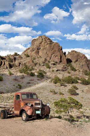 camioneta pick up: Camión en la era de montañas de Colorado Vintage