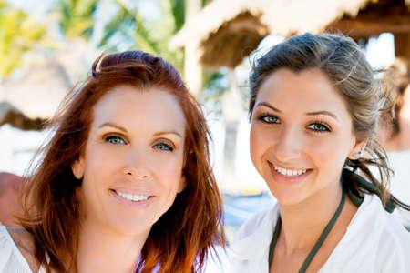 kobiet: Piękne Kobiety i matki nastoletnia córka na wakacjach