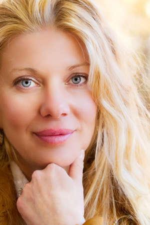 blonde yeux bleus: Jolie femme blonde souriante Banque d'images