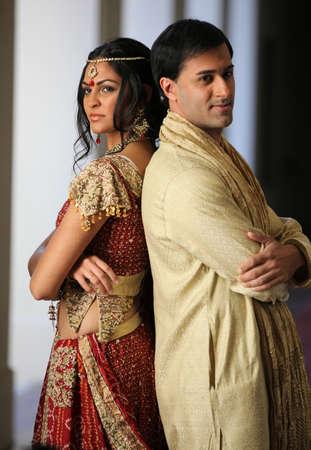 화려한 인도 신부와 신랑은 전통적으로 옷을 입고