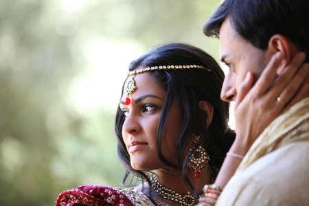 전통적으로 옷을 입고 화려한 인도 신부와 신랑의 이미지