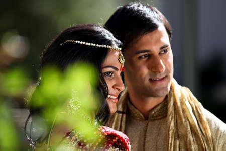 結婚式: 豪華なインドの花嫁および新郎伝統的に服を着てのイメージ