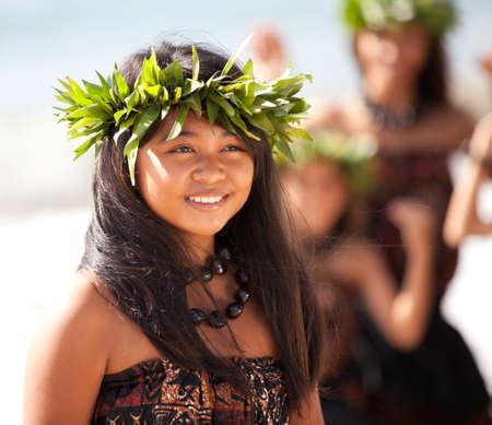 hawaiana: Hula Girl en la playa con sus compañeros de baile a sus espaldas