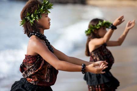 伝統: かなりフラガールは手作りの頭の部分を着てビーチでのダンス