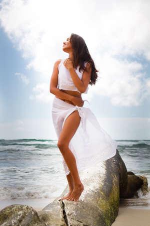 美しい女性カウアイ島流木に立っています。 写真素材