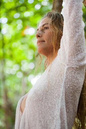 donne mature sexy: Donna in natura che osserva in su Archivio Fotografico
