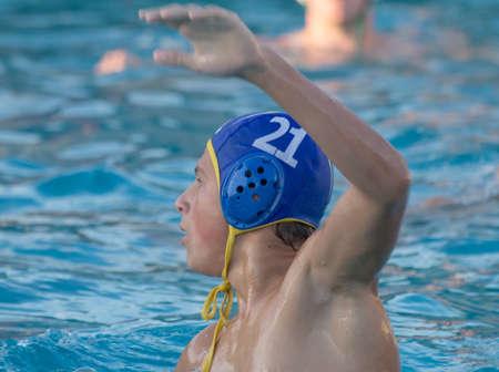 waterpolo: Agua jugador de polo con el brazo en alto durante un partido Foto de archivo