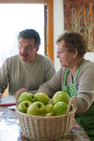 planificación familiar: Madre e hijo juntos para planificar opciones de atención médica