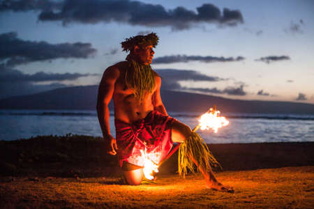 bailarin hombre: Tahitian baile por la noche en un baile de Samoa en Maui