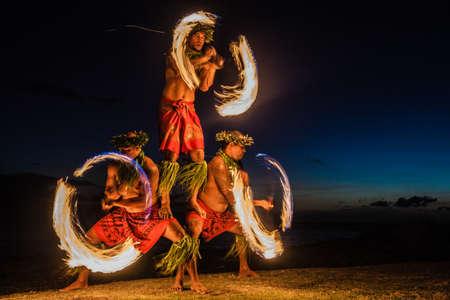 bailarin hombre: Tres hombres fuertes que hacen juegos malabares de fuego en Hawaii - bailarines de fuego Foto de archivo