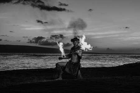 bailarin hombre: Imagen blanco y negro de una bailarina hawaiana