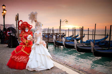 대운하 아름다운 의상을 입은 여성 곤돌라 앞에 이탈리아 베니스에서 일출 스톡 콘텐츠
