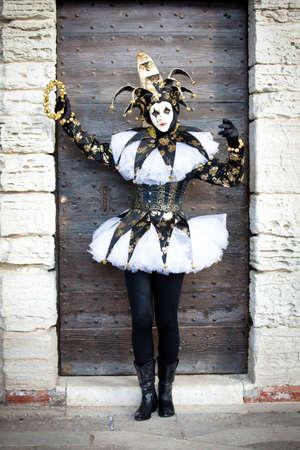 arlecchino: Donna come un giullare a Venezia Italia a Carnevale a febbraio Archivio Fotografico
