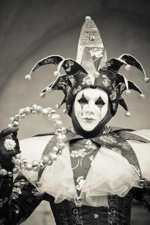 arlecchino: Bella Carnevale di Venezia Maked donna sotto gli archi antichi Archivio Fotografico